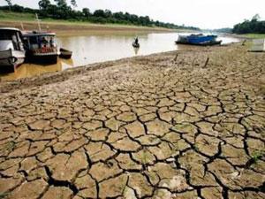 Los lechos del río agrietados por la sequía