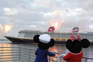Mickey y Minnie contemplan la botadura del Disney Dream