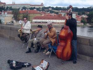 Un grupo afina sus notas sobre el puente de Karlovy