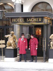 Un par de botones custodian la puerta del Hotel Sacher