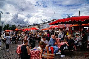 Un restaurante callejero en el mercado de Helsinki